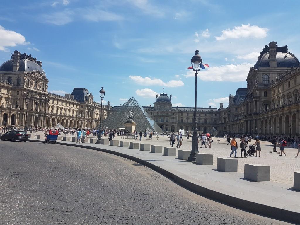taxi moto au Louvre Paris